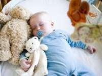 Miért alakul ki a kisgyerekek ragaszkodása a plüssmackókhoz, takarócsücsökhöz? – a vigasztárgyak szerepe a kicsik életében